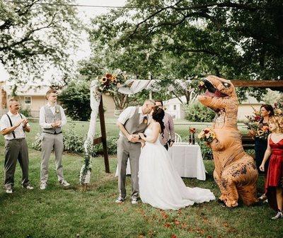 La novia dejó a su dama de honor elegir su propia vestimenta y sorprendió a todos.