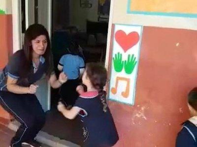 Con abrazo y baile, profe recibe a sus alumnitos