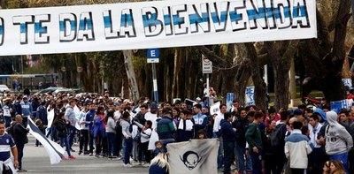Maradona asume como DT de Gimnasia y desata la locura en La Plata