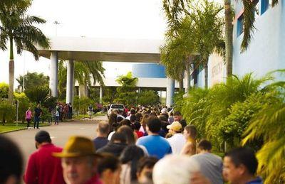 Miles de compradores siguen copando comercios de Pedro Juan Caballero