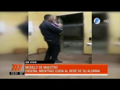 UN PROFESOR CUIDA AL BEBÉ DE SU ALUMNA MIENTRAS DA CLASES