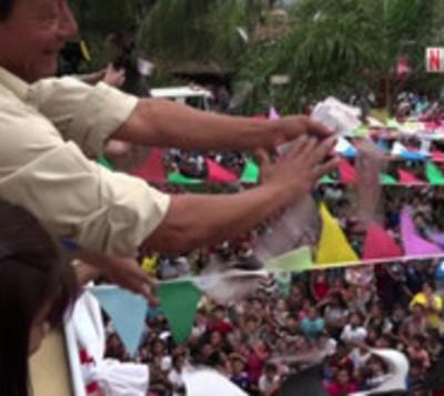 Lluvia de billetes en Guarambaré