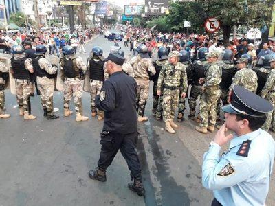 Paseros se enfrentan a policías y militares en la Aduanas de CDE