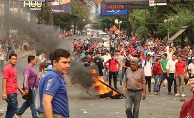 HOY / Incidentes en CDE: heridos y detenidos en protesta de paseros