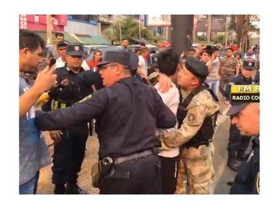 Enfrentamiento entre paseros de Ciudad del Este, la policía y la marina