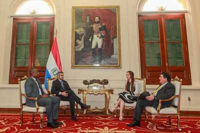 Presentan al Jefe de Estado idea sobre empoderar a jóvenes e importancia de democracia parlamentaria