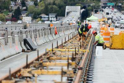 Alta ingeniería: paso para tren sobre puente flotante