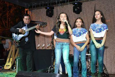 Colorido festival en Ayolas
