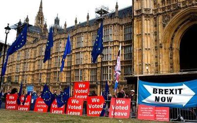 Con gritos y escándalo en la madrugada, quedó suspendido el Parlamento británico