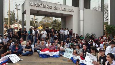 Docentes y estudiantes inician huelga en la UNE