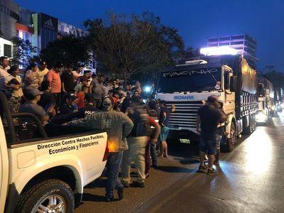 Paseros de CDE retienen varios camiones y aseguran que traen contrabando