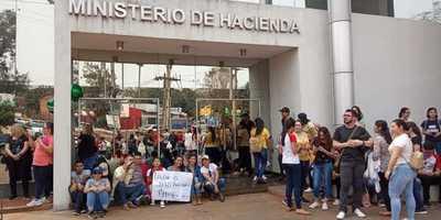 Estudiantes y funcionarios de la UNE marcharon hasta la sede de Hacienda