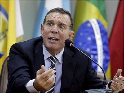 FIFA multa e inhabilita de por vida a Juan Ángel Napout