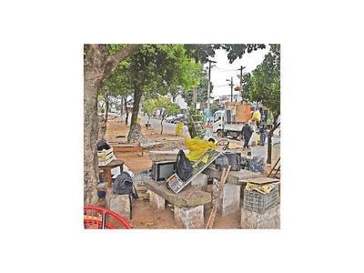 Vecinos presionan para que damnificados dejen plazas