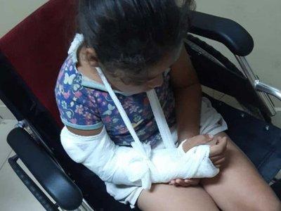 Niña se rompió el brazo y no quisieron operarla, denuncian