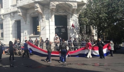 """HOY / Familiares de policías exigen la salida de Villamayor: """"Es un inútil e inoperante"""""""