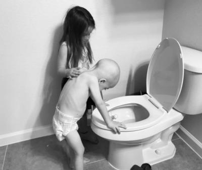 La fuerte imagen de un niño con cáncer y su hermana que conmovió a los internautas.