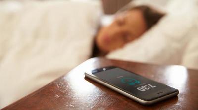Te sorprenderá los daños que ocasiona dormir con el celular al lado