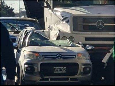 Joven se salva milagrosamente de morir aplastada por un camión