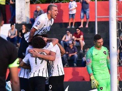 Libertad derrota a Cerro Porteño y toma la punta