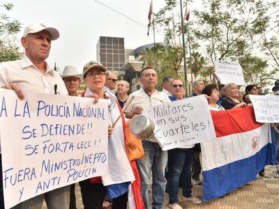 Familiares de policías y agentes retirados marchan por la salida de Villamayor