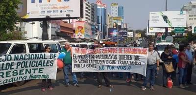 Policías retirados en CDE bloquearon paso vehicular en Aduanas exigiendo salida de Villamayor