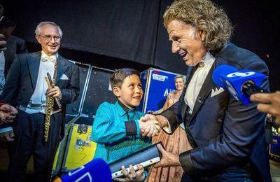 André Rieu obsequia flauta a niño colombiano que animó su concierto en Bogotá