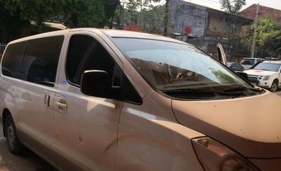 HOY / Cuatro asaltantes en 2 motos acribillan vehículo: llevan dinero que iba a depositarse en banco