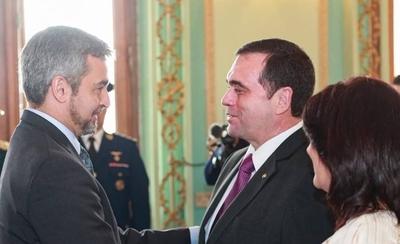 HOY / La embajada más importante  con nuevo embajador y como  fondo el 'fantasma' de la crisis