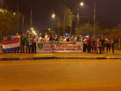 Docentes y estudiantes de la UNA se manifiestan en la rotonda de Caaguazú