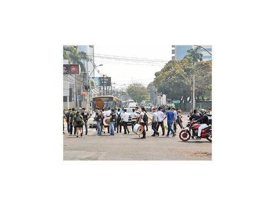 Secundarios cierran avenidas en reclamo de USD 8,5 millones