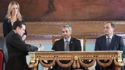 Tras escándalo toman juramento a nuevo Embajador