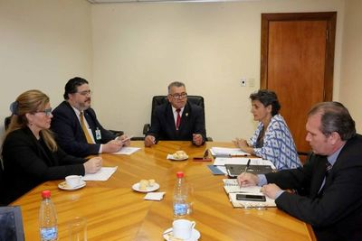 Experta internacional con representantes de magistrados