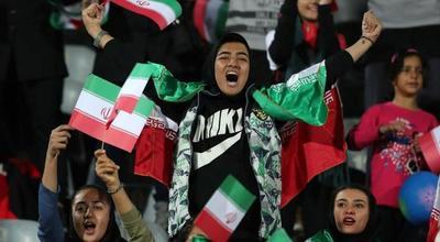 A pesar de no poder asistir a los partidos, mujeres iraníes disfrutan el fútbol