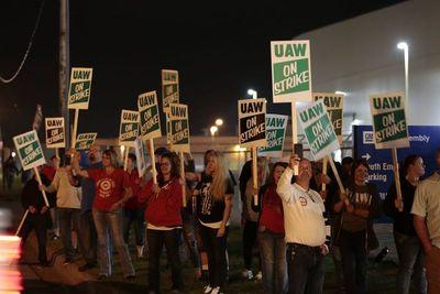 """Pence a obreros de GM en huelga: """"¡Pidan que se apruebe el T-MEC!"""""""