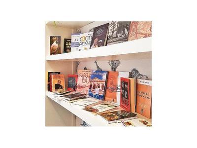 Hotel habilitó una biblioteca de libros de autores paraguayos para sus huéspedes