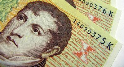 Justicia argentina investiga a autoridades financieras por caída de moneda