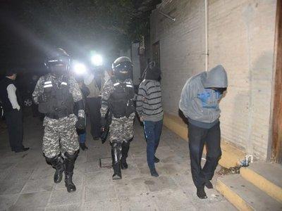 Volvieron para buscar su arma en un yuyal y ya los esperaba la policía