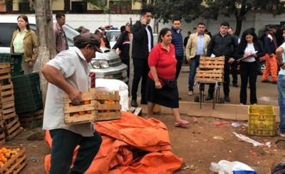 Desalojan a vendedores de la plaza del Mercado de Abasto