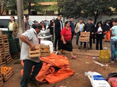 Funcionarios municipales desalojan a vendedores que ocupan plaza pública