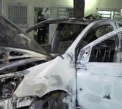 Vehículo se incendia por completo tras cortocircuito