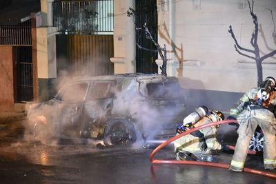 Camioneta arde por completo y daña a otro vehículo en el centro