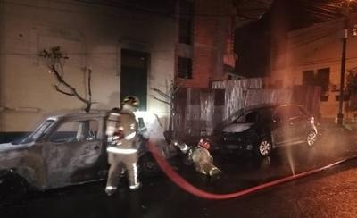 HOY / Vehículo se incendió y fuego alcanzó a otro auto