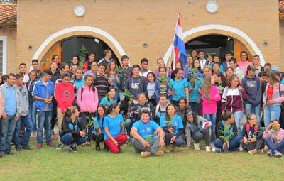 Estudiantes de Paraguarí reciben charla sobre producción