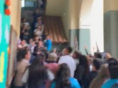 Estudiantes protestan por persecución a docente
