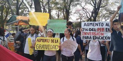 """Estudiantes declaran a Mario Abdo """"enemigo de la educación"""""""