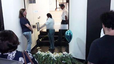 """Con flores blancas y al grito de """"Ni un Renato más"""", piden justicia frente al Migone"""