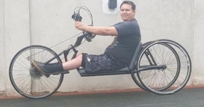 Arriero se pasea en un  triciclo y llama la  atención de los esteños
