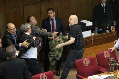 """Tras pelea Riera y Cubas vuelven al Senado: """"Cuando termine de llenar mi cuaderno… no debo pegar a mi compañero"""""""