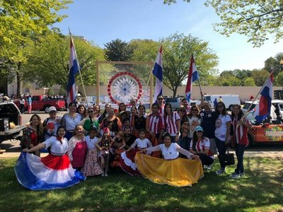 Paraguayos en Washington exhiben cultura guaraní en desfile de naciones